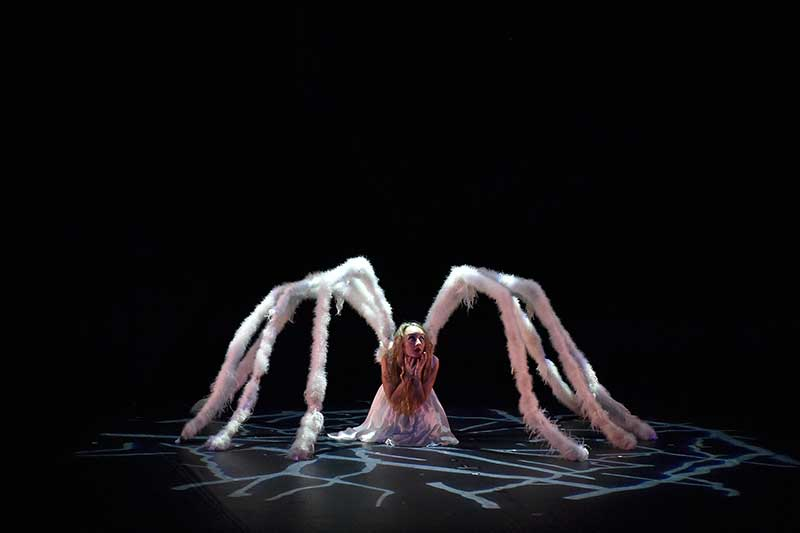 """MOMIX dance group in """"Alice"""""""