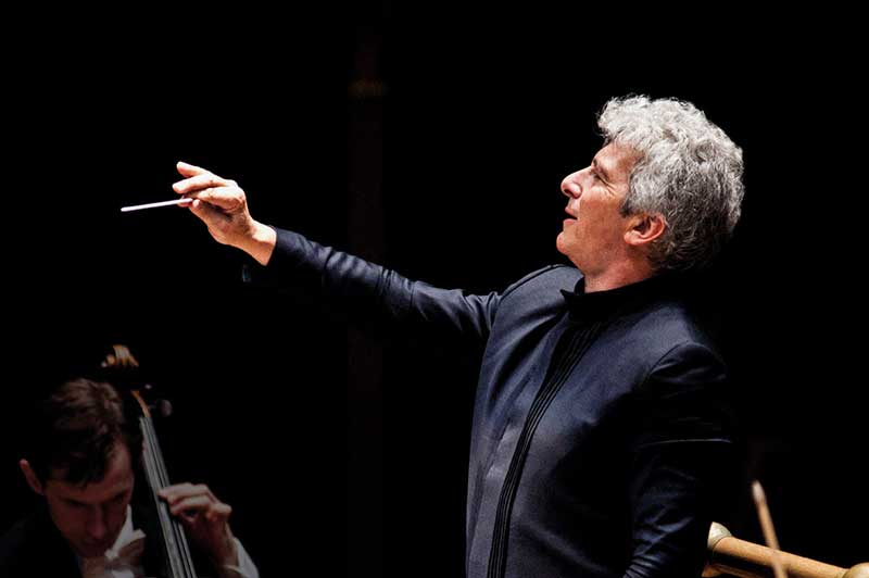 Conductor Peter Oundjian in performancd